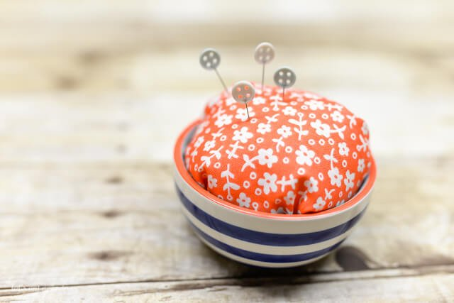 Perfect gifts for friends for under $5: Pretty Pincushion + Printable