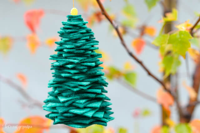 Want a quick and easy Christmas ornament? Just a bit of felt and thread and you can make this fun little Christmas tree! #Christmas #TrimtheTree