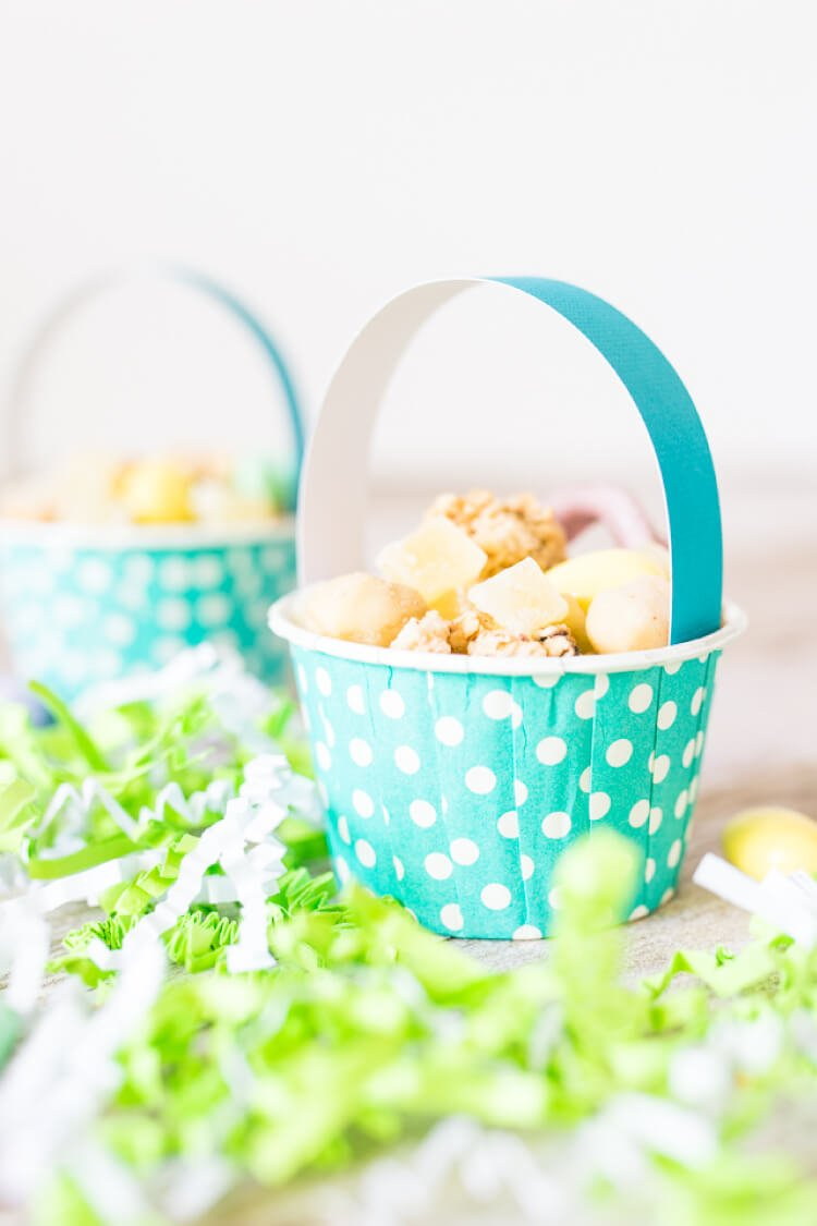 These tiny Easter basket snack cups are perfect for delicious Easter treats to share with friends! Super easy to make, with a delicious snack mix to put inside.