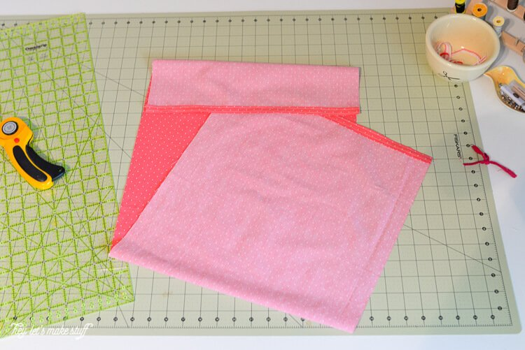 If you have 13 1/2 minutes and the most basic of sewing skills, you can easily whip up this simple quick-sew pillow!
