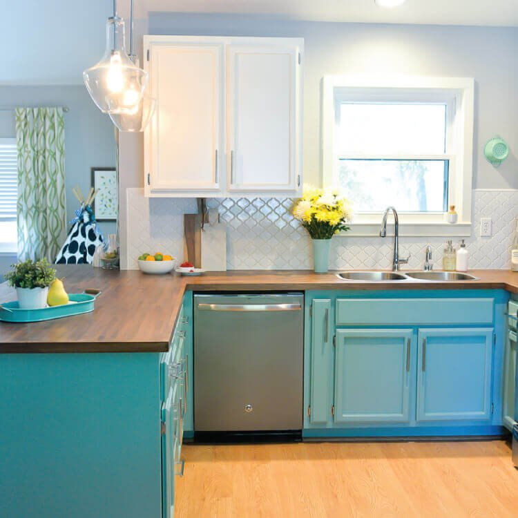 Incroyable We Totally Transformed Our Dated 1980u0027s Kitchen With Bright Painted Cabinets,  New Lighting, And