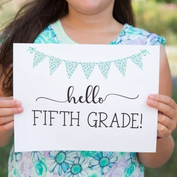 "Simple, classy and cute! These ""Hello"" first day of school signs from sixcleversisters.com are perfect!"