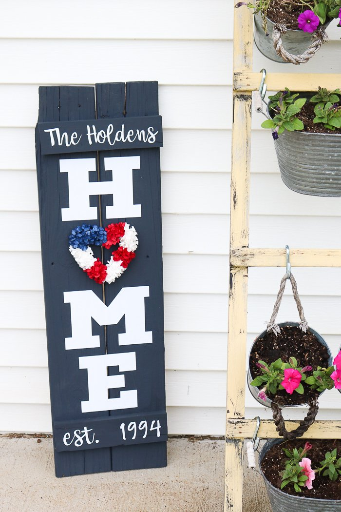 Welcome your friends, guests and all your visitors with this DIY home sign wreath. Thecountrychiccottage.net shows you how to make this easy sign using your Cricut.